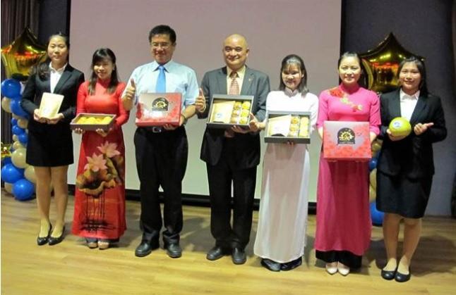 國立高雄應用科技大學21日發表有異國風味的月餅,校長楊慶煜、觀光系主任吳志康(左三、四)和越南籍學生一起展示。